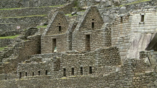 stone walls form buildings in the sanctuary of machu picchu. - stein baumaterial stock-videos und b-roll-filmmaterial