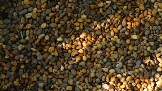 vídeos de stock, filmes e b-roll de pedra com luz solar e fundo de sombra - pedra solta