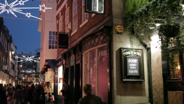 stockvideo's en b-roll-footage met stonegate at christmas, sheffield, south yorkshire, england, uk, europe - bar gebouw