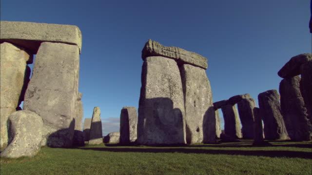 ms, pan, stonehenge, salisbury plain, wiltshire, england - antike kultur stock-videos und b-roll-filmmaterial
