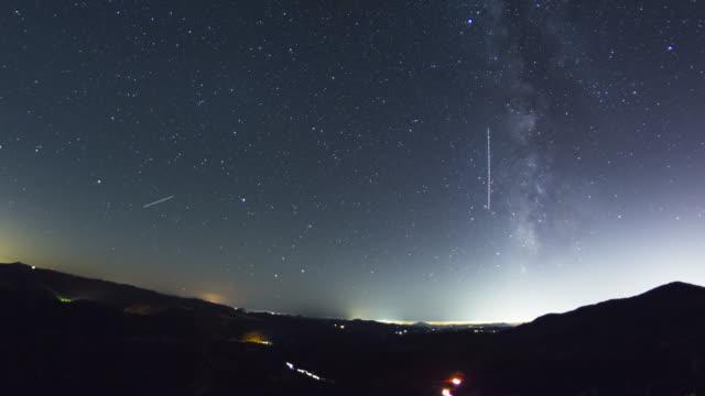 vidéos et rushes de stonewall sommet de la voie lactée time lapse lune se lever au-éclairage - ciel étoilé