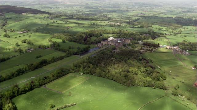vidéos et rushes de stonyhurst college-vue aérienne-angleterre, au lancashire, ribble valley district hélicoptère filmant, vidéo aérienne, cineflex, plan de situation, royaume-uni - lancashire