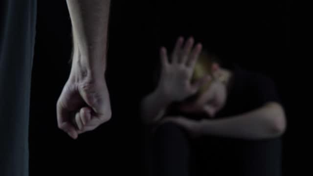 vidéos et rushes de arrêtez et assez. violence à l'égard des femmes, femme dans la peur de la violence domestique.  meurtre de femme. - violence