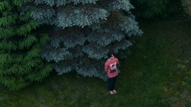 vídeos y material grabado en eventos de stock de detener la animación de movimiento en verde exuberante jardín adolescente niño - un solo adolescente