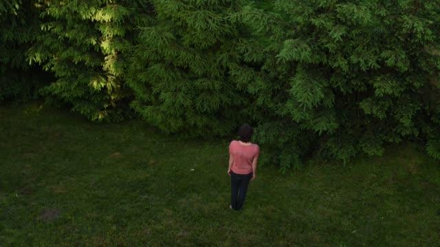 stop-motion-animation in grün üppigen garten teen junge - männlicher teenager allein stock-videos und b-roll-filmmaterial