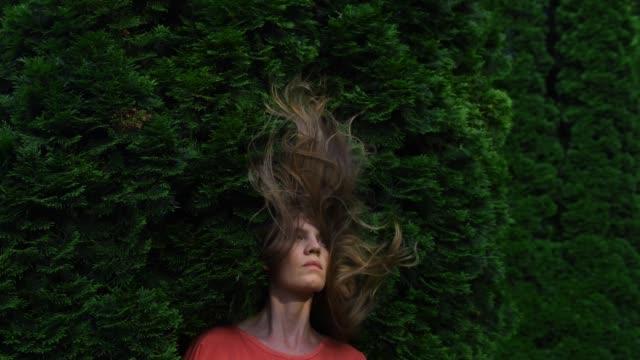 vídeos y material grabado en eventos de stock de detener la animación de movimiento en verde exuberante jardín - surrealista