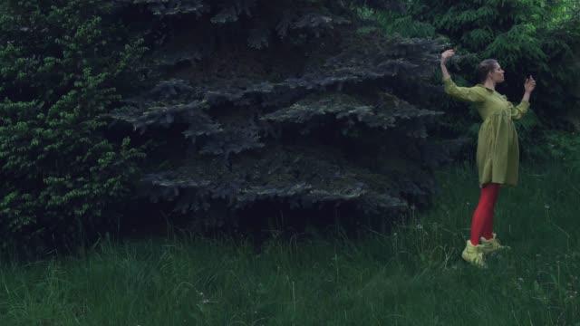 stop-motion-animation der surrealen tänzerin - konzepte und themen stock-videos und b-roll-filmmaterial