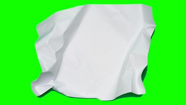 vídeos y material grabado en eventos de stock de detenga las arrugas del papel de animación de movimiento haciendo una bola de papel. fondo verde menta - carta documento