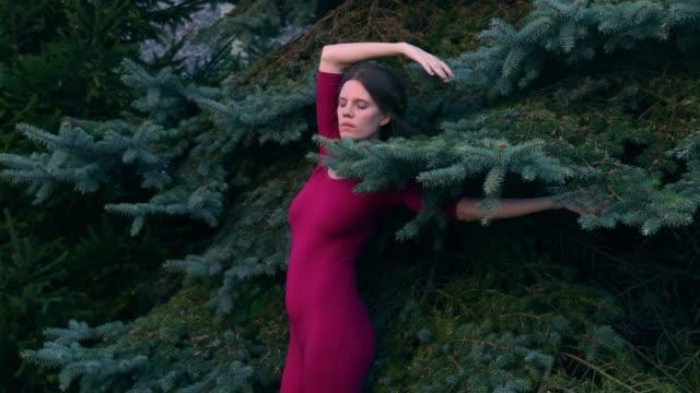 vidéos et rushes de stop motion animation avec les femmes dansantes - bizarre