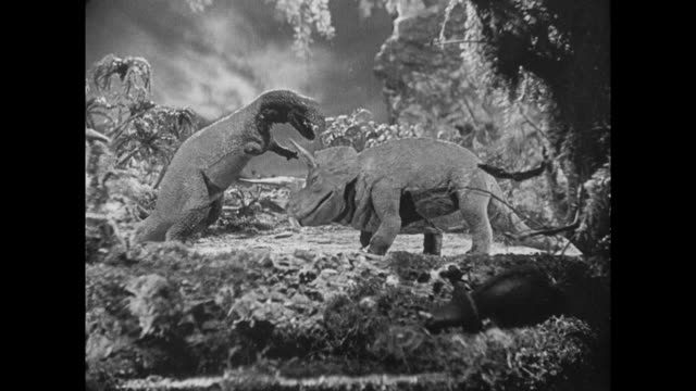 vídeos de stock e filmes b-roll de 1925 stop motion mother triceratops stabs angry t-rex to protect her child - 1925