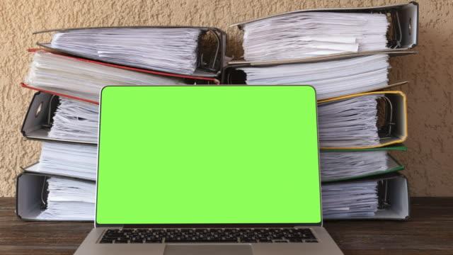 vídeos y material grabado en eventos de stock de detener la moción de documentos de archivo de archivos en papel y portátil - cargar