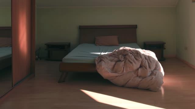 ランニングブランケットと枕の動きを止める - シーツ点の映像素材/bロール