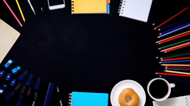 stop-motion: draufsicht arbeitsgerät auf tisch - table top view stock-videos und b-roll-filmmaterial