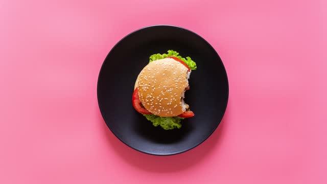 stockvideo's en b-roll-footage met stop motion video van verse smakelijke hamburger. - hamburger