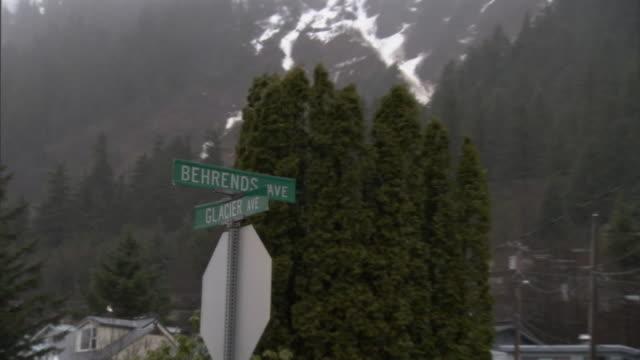 vídeos y material grabado en eventos de stock de a stop sign stands at the corner of behrends avenue and glacier avenue. - símbolo