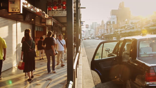 stopped car on shijo-dori, kyoto - 市街地の道路点の映像素材/bロール