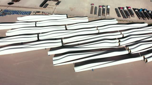 storage ground near the border just outside el paso texas used for storing wind turbine parts - lama oggetto creato dall'uomo video stock e b–roll
