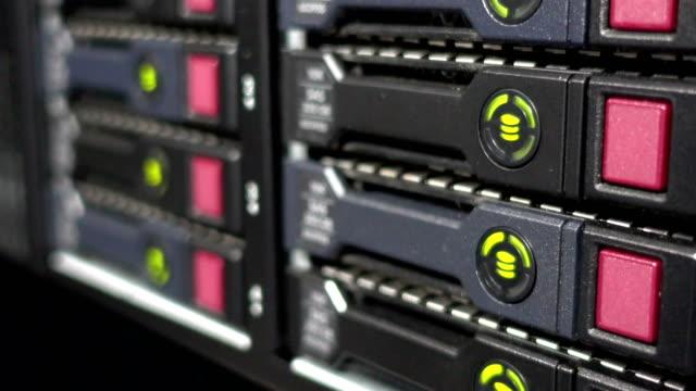 vídeos de stock, filmes e b-roll de racks de armazenamento com muitos discos rígidos em sala de data center. sata hdd - luz de led