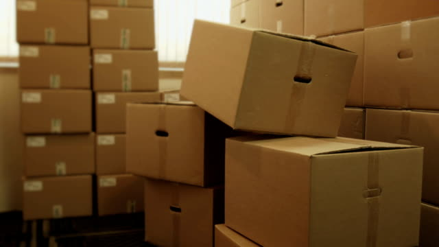 stockvideo's en b-roll-footage met storage room with heap of pasteboard boxes - vol fysieke beschrijving