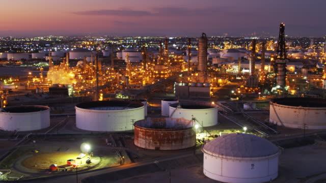 vídeos de stock e filmes b-roll de storage tank under construction within vast la oil refinery - drone shot - wilmington cidade de los angeles