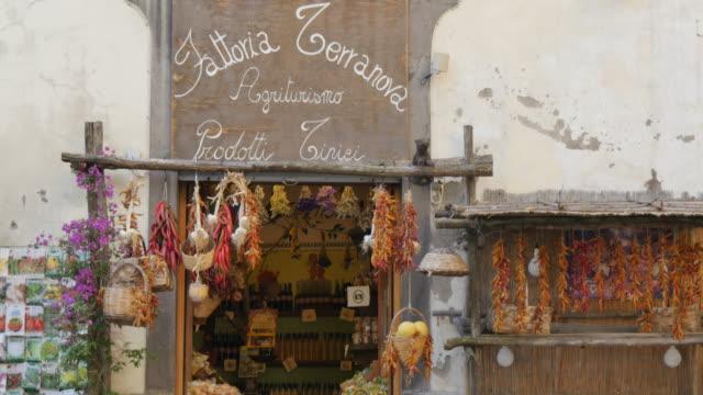 vidéos et rushes de store on corso italia, sorrento, costiera amalfitana (amalfi coast), unesco world heritage site, campania, italy, europe - héritage