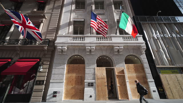 store on midtown fifth avenue. new york city boarded up the store windows to prevent possibility of riot and mob violence for result of the... - ヴェルサーチ点の映像素材/bロール