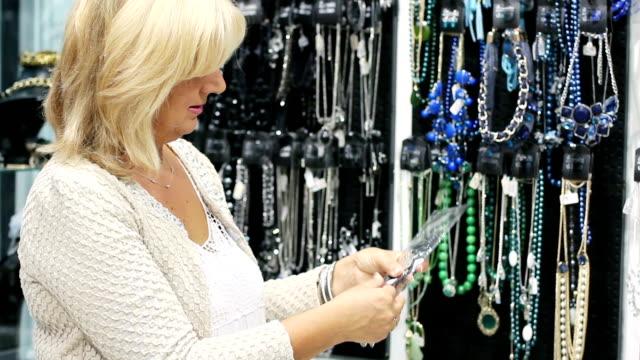 stockvideo's en b-roll-footage met store owner woman portrait - videoportret
