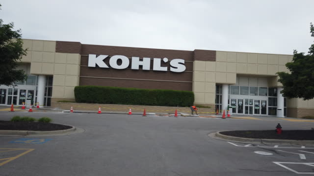 store sign of the kohl's department store in kansas, usa amid the 2020 global coronavirus pandemic - store sign stock videos & royalty-free footage