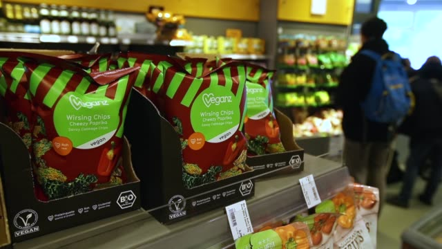 vídeos de stock, filmes e b-roll de a store worker replenishes the fruits and vegetable selection at a veganz vegan grocery store on february 2 2018 in berlin germany veganz has three... - vegan