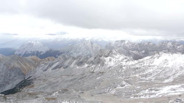 vídeos de stock, filmes e b-roll de tempestade no zugspitze - montanha zugspitze