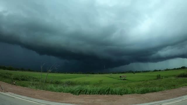 sturmwolke und regen über schöne landschaften in der landschaft von thailand. - storm cloud stock-videos und b-roll-filmmaterial