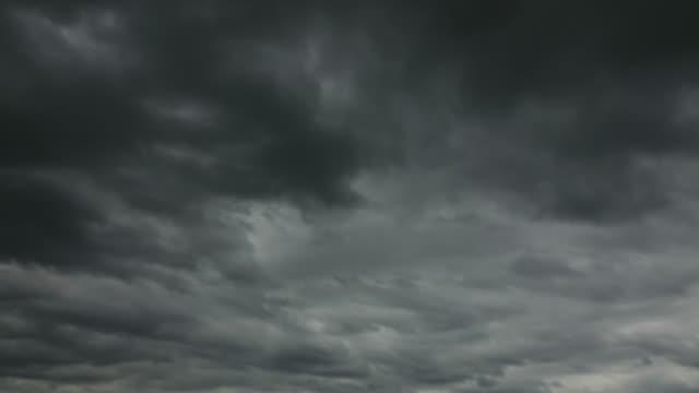 vidéos et rushes de nuage de tempête dans le ciel - mauvais présage