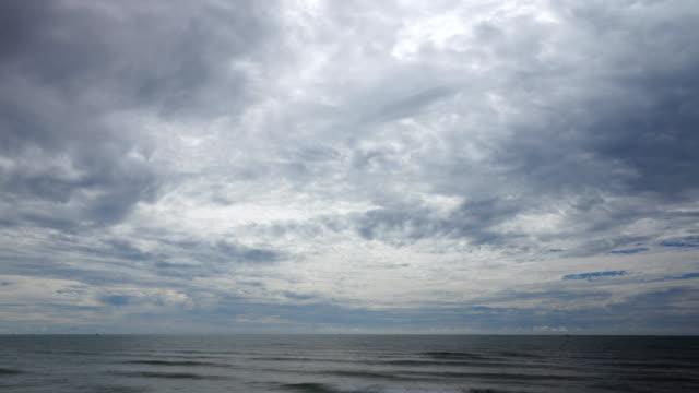 sturmwolke über meer. - dramatischer himmel stock-videos und b-roll-filmmaterial
