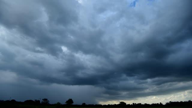 vidéos et rushes de nuage d'orage pluie au laps de temps de ferme - ciel menaçant