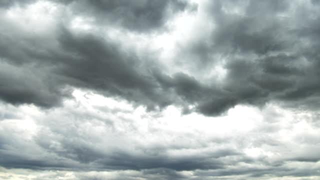vidéos et rushes de temps de tempête de fuseau - ciel menaçant