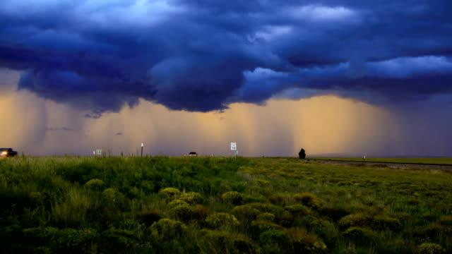 遠隔高速道路の上の嵐雲 - 集中豪雨点の映像素材/bロール