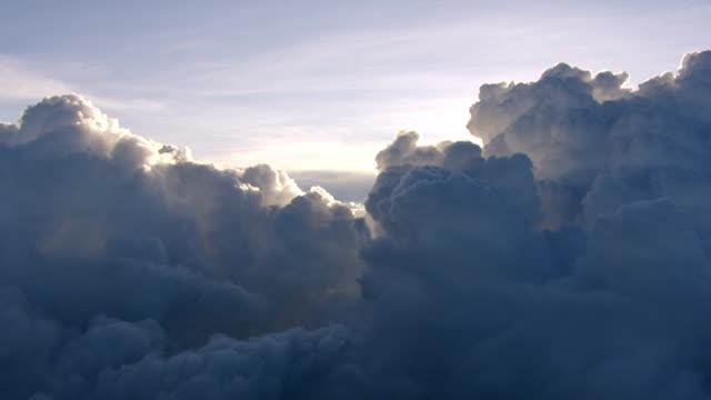 vídeos de stock e filmes b-roll de ws aerial pov storm clouds against sky / kenya - 1 minuto ou mais