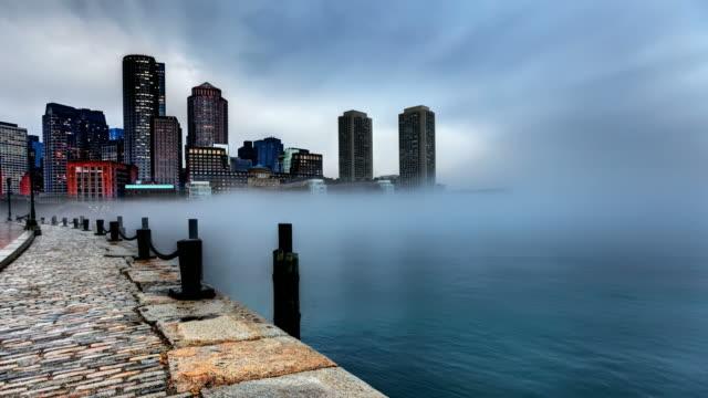 vídeos de stock, filmes e b-roll de nuvens e neblina, aproximando-se no centro de boston - boston massachusetts