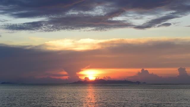 vídeos de stock, filmes e b-roll de nuvens de tempestade por do sol da praia antes da gota da chuva no console de samui - vazante