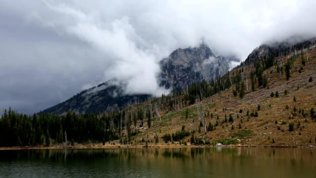 stürmischen wolken auf berge und see tops - grand teton stock-videos und b-roll-filmmaterial