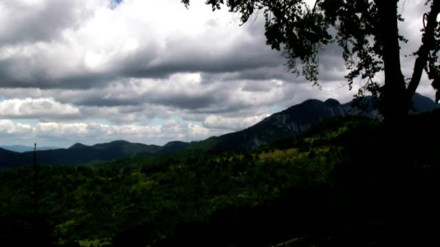 stockvideo's en b-roll-footage met storm clouds gather over a mountainous forest. - transsylvanië