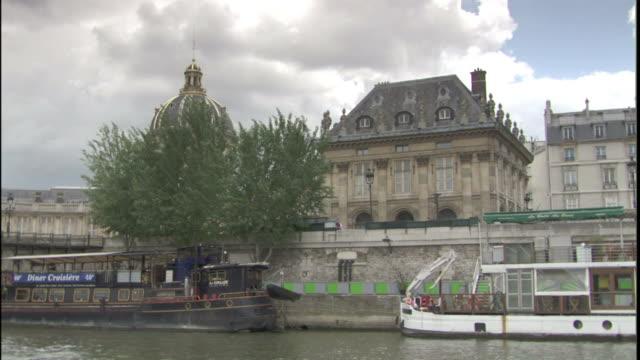 vidéos et rushes de storm clouds loom over the dome of the institut de france in paris, france. - météo