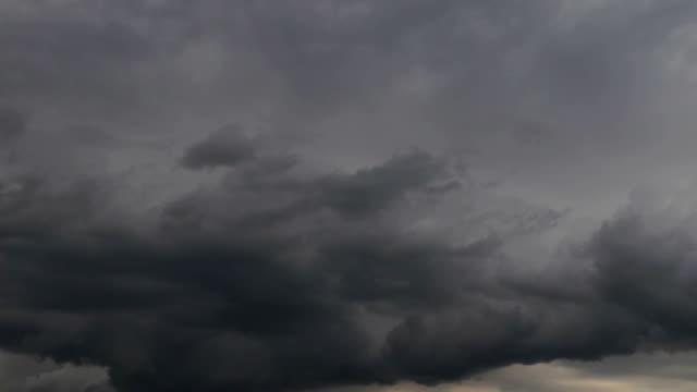 Gewitterwolken, die Bewegung schnell