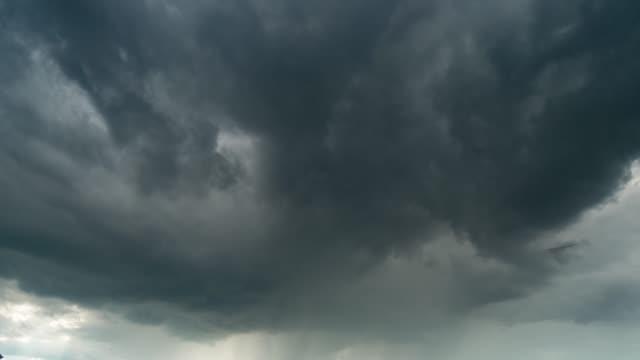嵐の雲の移動時間の経過 - 集中豪雨点の映像素材/bロール