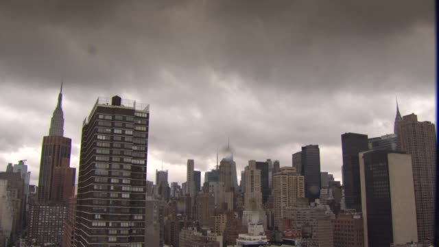 vídeos de stock, filmes e b-roll de storm clouds over manhattan skyscrapers, new york city, usa - grande angular