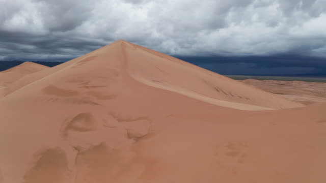 vídeos de stock, filmes e b-roll de storm clouds over sand dunes in the desert. - condições meteorológicas extremas