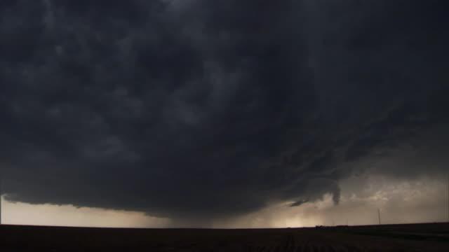 vidéos et rushes de storm clouds reach down to the horizon. - mouillé
