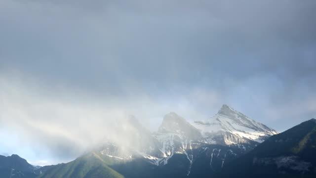 vídeos y material grabado en eventos de stock de nubarrones agite alrededor de los picos de las montañas - alberta