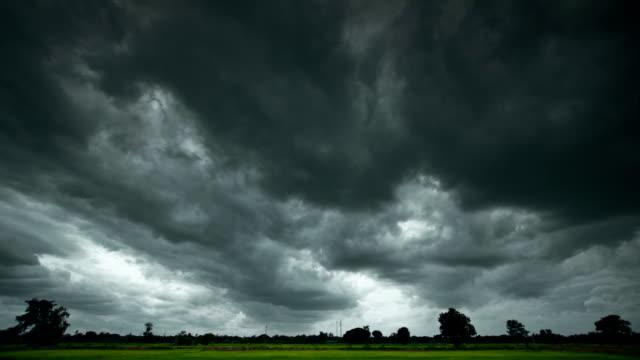 vidéos et rushes de timelapse nuages d'orage - ciel menaçant