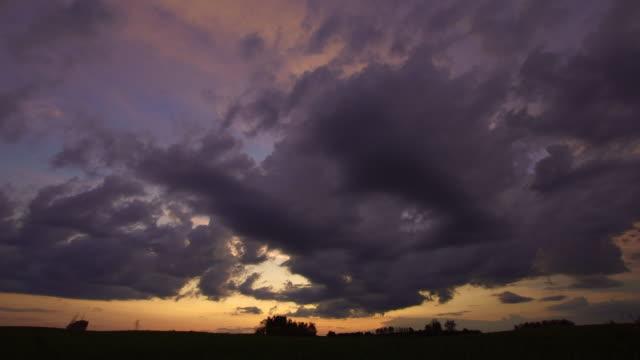 vídeos de stock, filmes e b-roll de nuvens de tempestade - ominoso